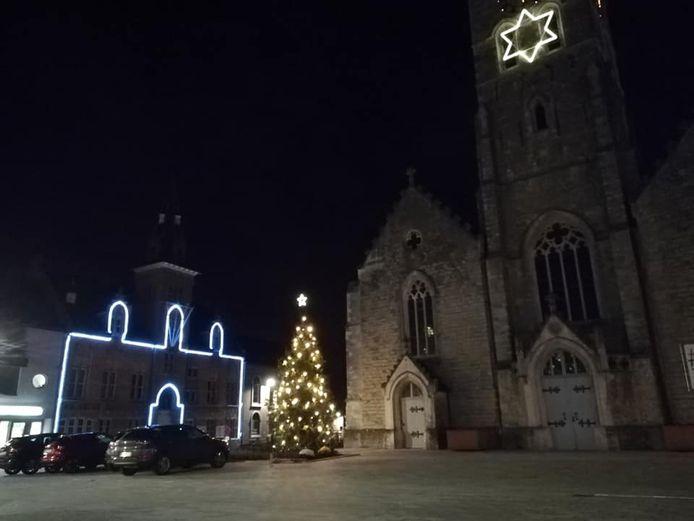De kerstverlichting aan het gemeentehuis zorgt voor een eigenaardig zicht.