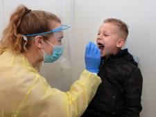 Kinderen laten zich massaal testen op corona: 'Steek je tong maar naar mij uit, dat mag voor deze ene keer'