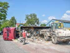 Vrachtwagen kantelt in Oosterbeek, puin op de weg