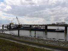 Binnenvaartschip met 3.200 ton kleigrond loopt vast op Westerschelde: forse schade