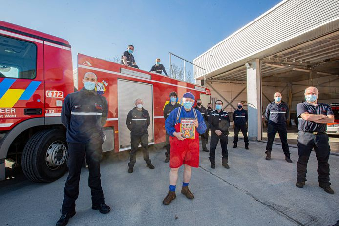 Urbanus tussen de trotse brandweerploeg.