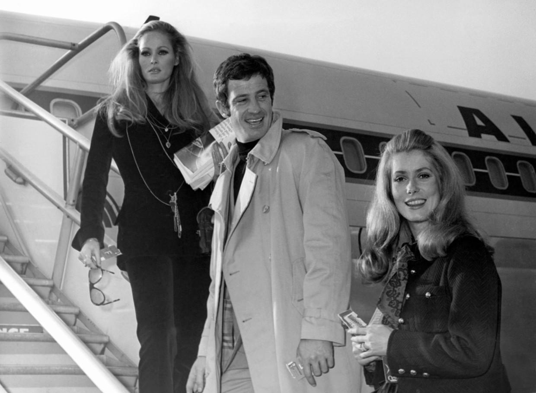 Jean-Paul Belmondo in 1968, met actrices Ursula Andress (links) en Caterine Deneuve. Beeld AP