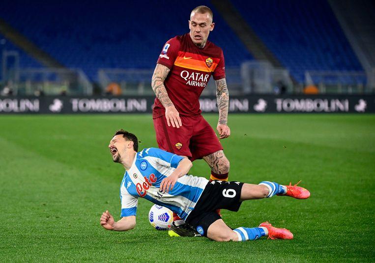 Rick Karsdorp van AS Roma in actie tegen Mario Rui van SSC Napoli. Beeld EPA