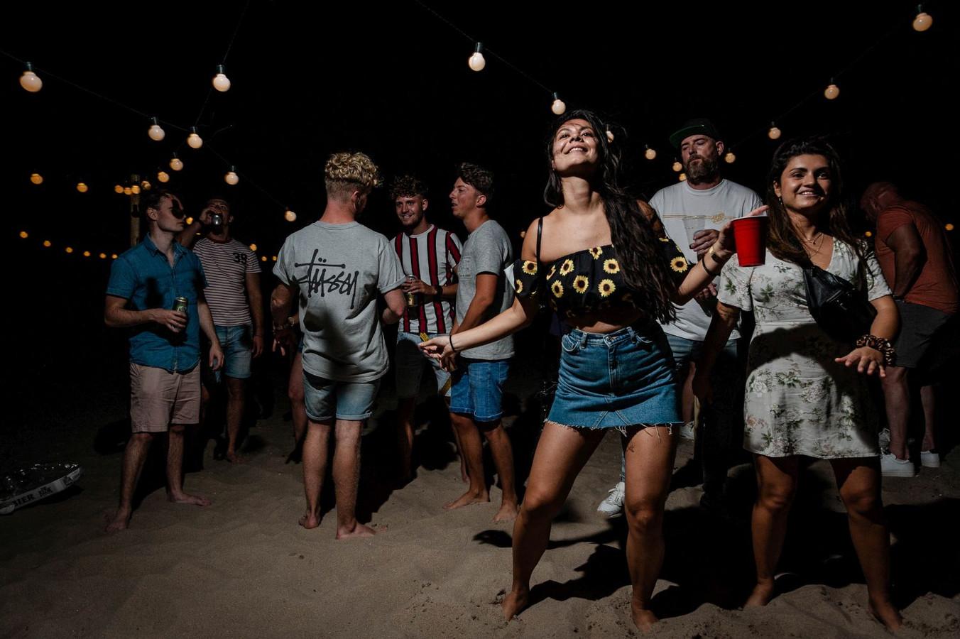 Vrijdag vierden jongeren feest bij de Maasvlakte in Rotterdam.