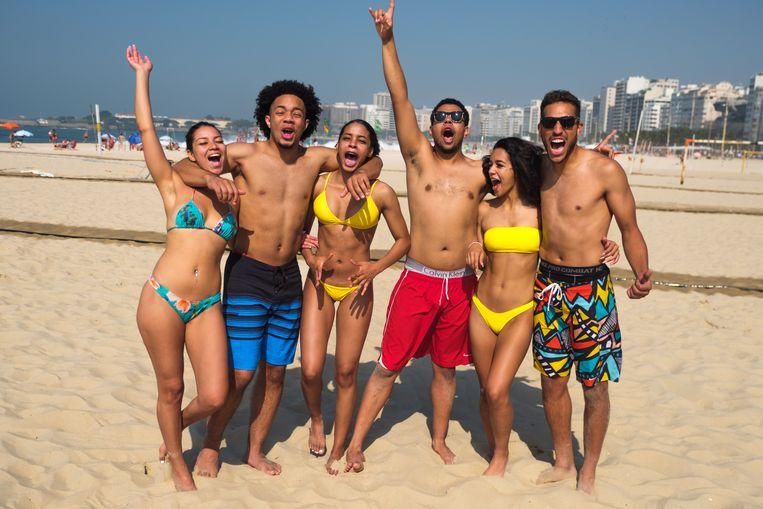 Op het strand van Copacabana, in volle zon en bij zo'n 30 graden: tijd voor een voorbeschouwing met Sam, Rafael, Nathalia, Leandro, Isabella en Zaza.