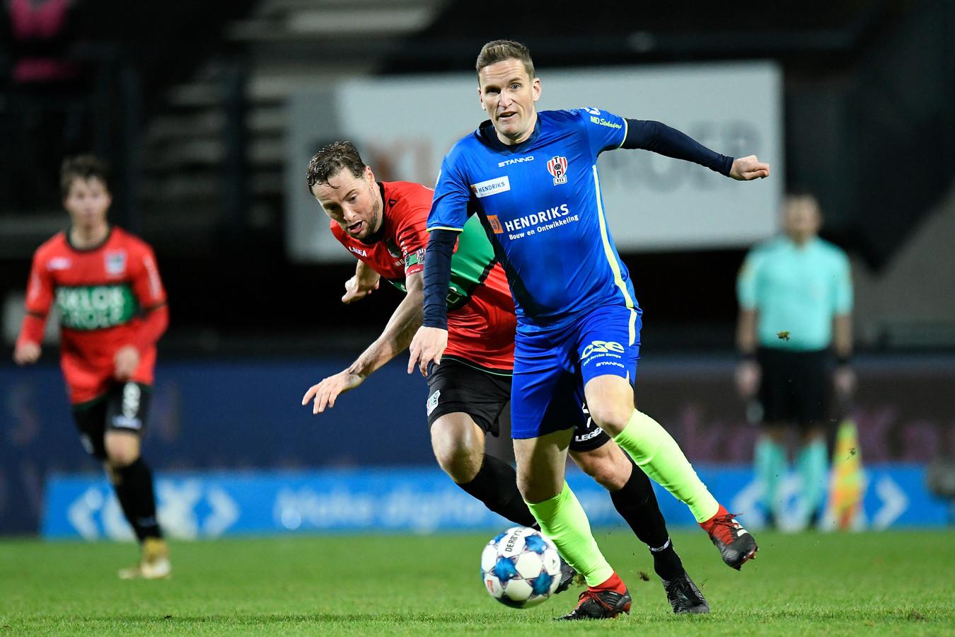 Sjoerd Overgoor (rechts), hier in actie namens TOP Oss tegen NEC, speelt volgend seizoen voor HSC'21.      NEC player Rens van Eijden and Top Oss player Sjoerd Overgoor during the match.