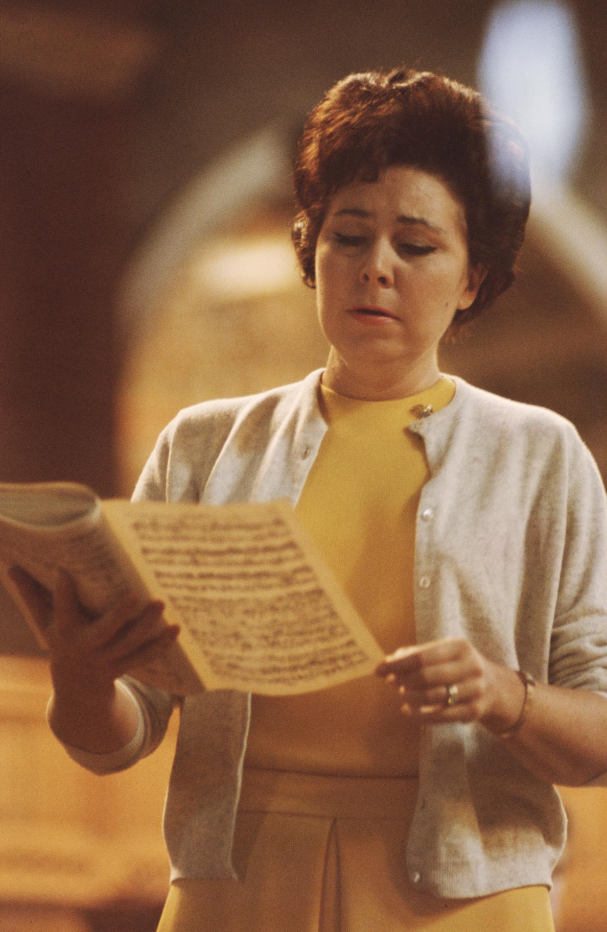 De Duitse mezzosopraan Christa Ludwig, aan het repeteren circa 1965. Beeld Getty