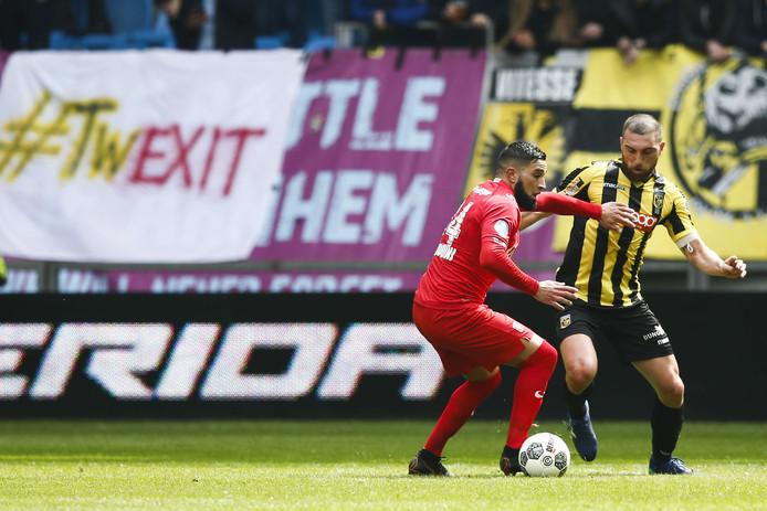 Adnane Tighadouini (links) duelleert in het degradatiejaar van FC Twente met Guram Kashia van Vitesse.