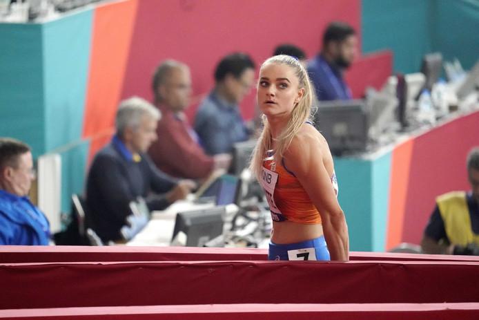Lisanne de Witte na afloop van de 400 meter vrouwen tijdens het WK in Doha. Ze behaalde de de vierde plaats in 51,31 en is door naar de halve finale.