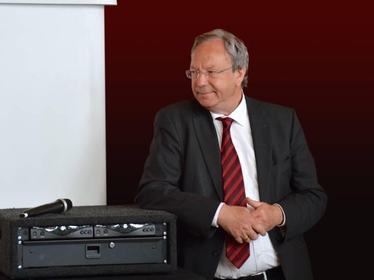 Topambtenaar Dick laveerde tussen liedboek en wetboek
