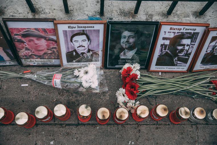 Voor de ambassade van Belarus in Vilnius worden de slachtoffers herdacht van het regime van de Belarussische president Aleksandr Loekasjenko. Beeld Marlena Waldthausen