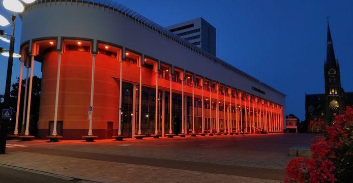 Het Schiedamse Stadskantoor is oranje verlicht.