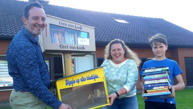 """Bouwels gezin installeert boekenkastje in voortuin met kinderboeken: """"Het kastje zal zeker niet te hoog hangen"""""""