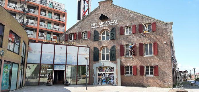 De ingang van maritiem attractiecentrum Het Arsenaal zit in een glazen aanbouw. De entree van het hotel komt weer midden in het historische artilleriemagazijn.