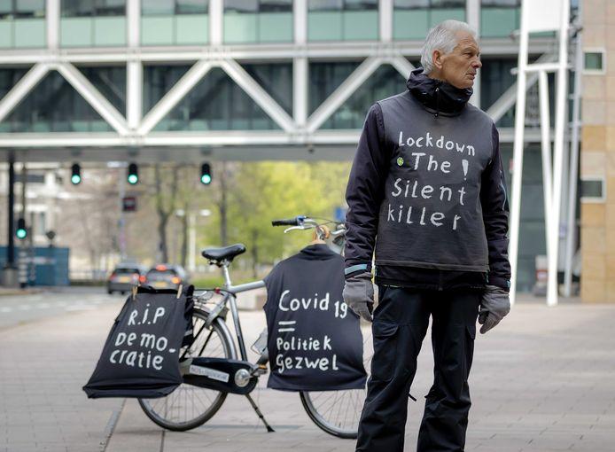 Een sympathisant van actiegroep Viruswaarheid laat in Den Haag zien wat hij van de coronamaatregels vindt.