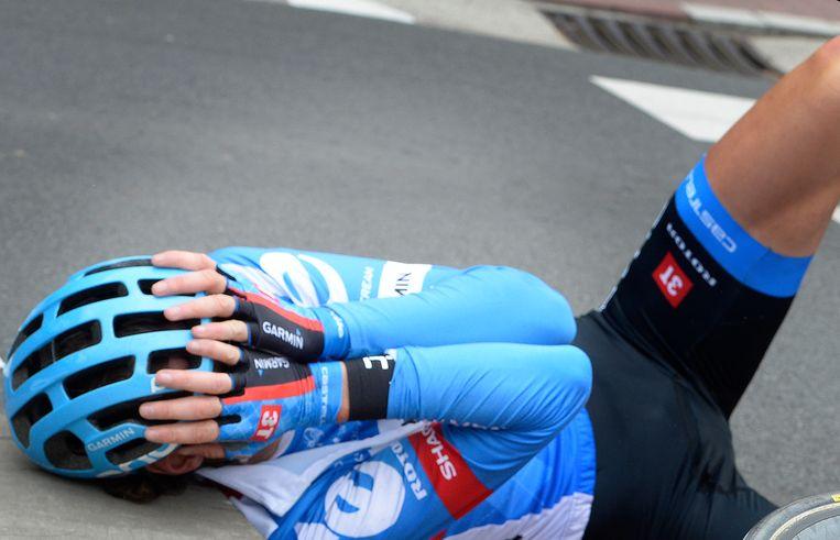 Johan Vansummeren na de aanrijding in de Ronde van Vlaanderen in 2014. Beeld BELGA