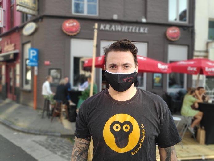 Cafébaas Niels De Puydt voor zijn zaak op de Gentse Blandijnberg.