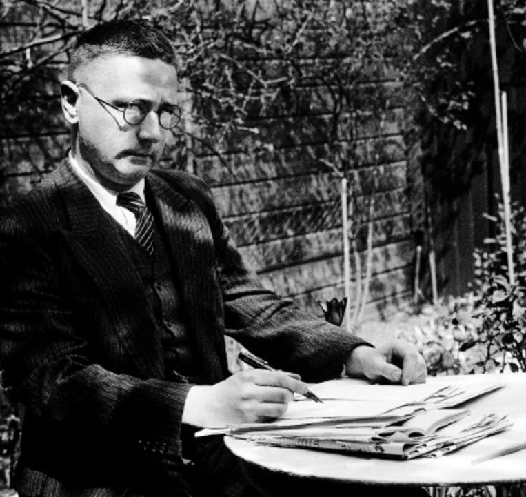 Simon Vestdijk (1898-1971) schrijft in zijn tuin. Beeld ANP