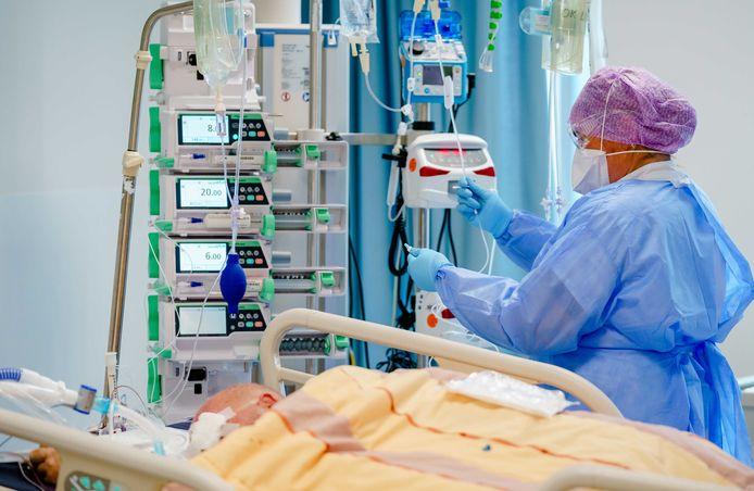 Medewerkers geven zorg aan een coronapatiënt op de Intensive Care afdeling.