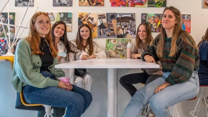 """Aalsterse studenten voor het eerst sinds corona terug op campus: """"Verloren studententijd inhalen"""""""