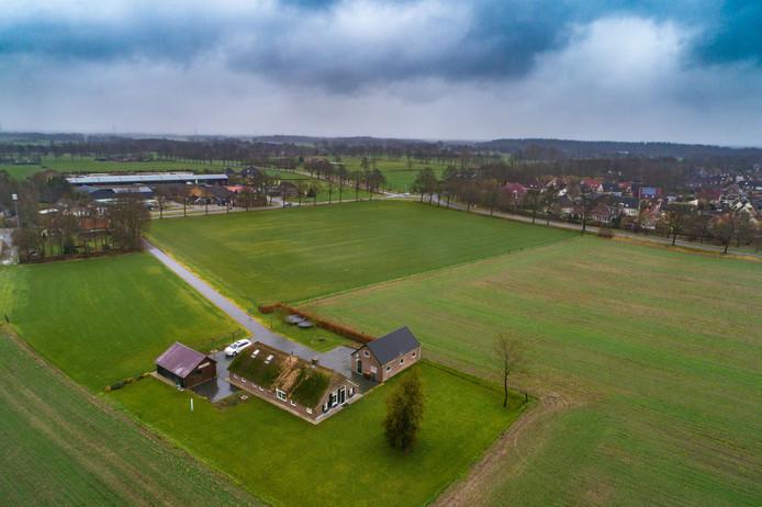 Dalfsen handhaaft het voorkeursrecht op percelen rondom de woonboerderij van Jan Lindeboom aan de Vossersteeg in Ankum. Aan de overkant van de weg staat zijn loonbedrijf.