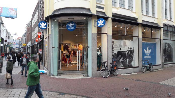 De Adidas Original Store in Arnhem op de hoek Ketelstraat-Land van de Markt-Bovenbeekstraat.