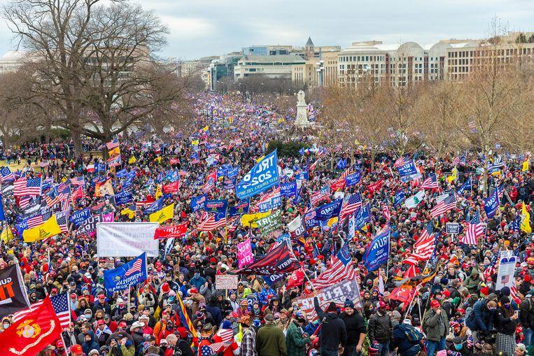 'U kunt niet met uw aanhangers meestappen,' zei Trumps kabinetschef Mark Meadows verschrikt. 'Eh... Ik bedoelde het ook niet letterlijk,' antwoordde de president. (Foto: Trump-aanhangers marcheren naar het Capitool.) Beeld ZUMA Press