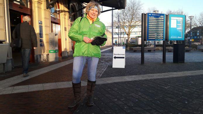 Monique Schuttenbeld bij de 'grens' op station Zwolle. Haar rechterbeen staat op de klinkers van de NS, waar ze nét geen folders meer mag uitdelen.