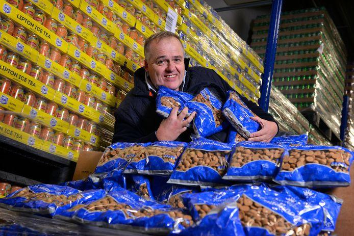 Bert Hesselink, eigenaar van Medikamente Die Grenze, tussen de zakken kruidnoten en blikken icetea. Deze foto is gemaakt in december 2020.