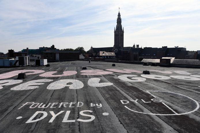 Op het dak van een gebouw van Dyls in de Bongenotenlaan zal de helikopter 'Push it real good' mooi in beeld kunnen brengen voor de televisiekijkers.