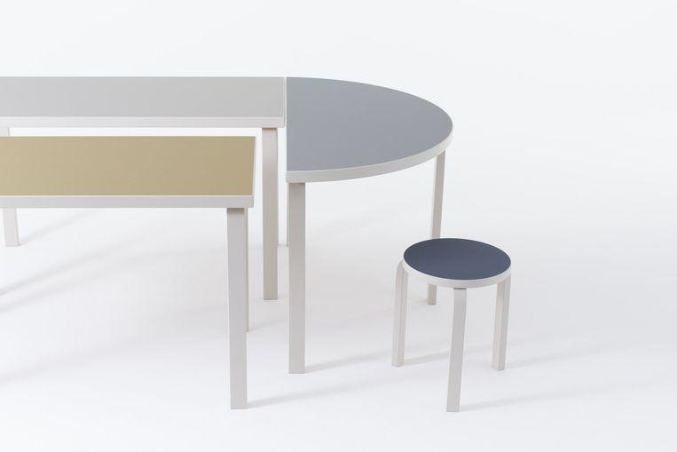 Artek introduceert de klassieke krukjes en tafels van Alvar Aalto in een nieuwe versie: de gebogen L-vormige poten zijn wit gelakt. Het linoleum (van de zitting en het tafelblad) is olijfgroen, donkerblauw, grijs en gebroken wit.  Beeld rv