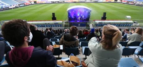 Voor u getest. Compact Disk Dummies en 300 fans spelen coronaproefkonijn in de Ghelamco Arena