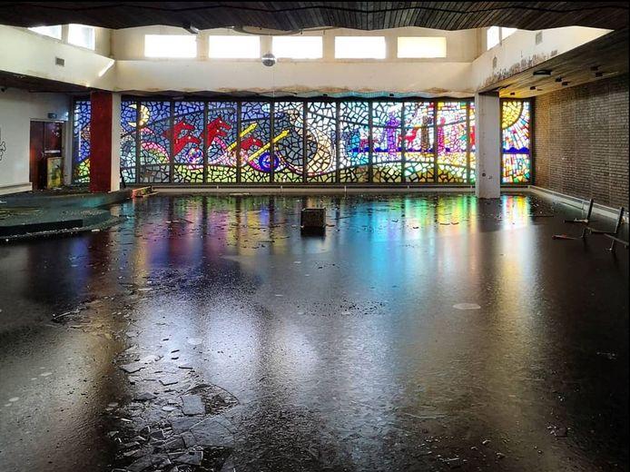 Dit glas-in-betonraam wordt maandag en dinsdag voorzichtig uit de Schiebroekse Vredevorstkerk gehaald. Naar een nieuwe bestemming voor het kunstwerk uit 1964 wordt nog gezocht.