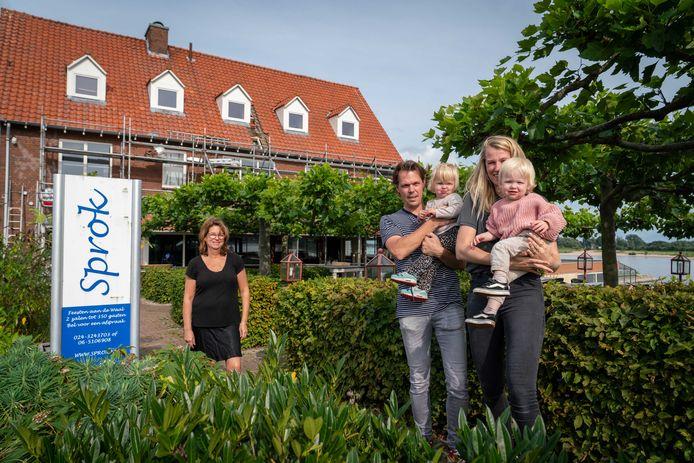 Liza du Pré vertrekt in januari na 38 jaar als eigenaar van De Sprok. Mark Nijhuis en Loes de Kort worden de nieuwe eigenaren en gaan er met hun tweelingdochters wonen.