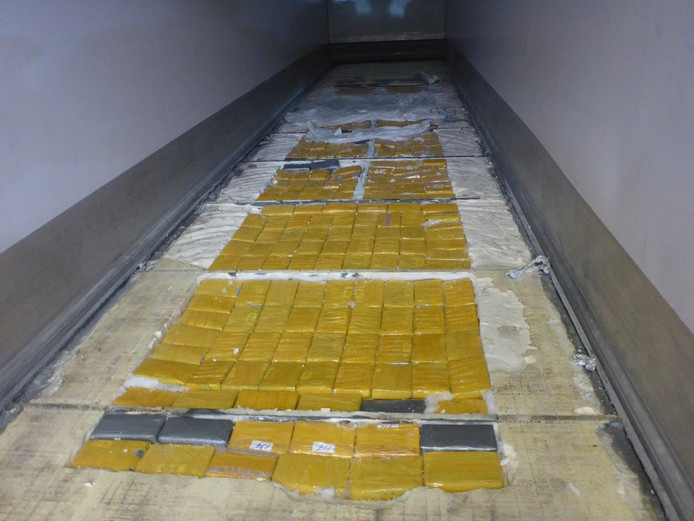 De politie verdenkt het criminele netwerk van witwassen en de invoer via Europese havens van drugs, vermoedelijk cocaïne. Op de foto een willekeurig cocaïnetransport verstopt in een zeecontainer.