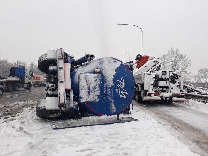 De oprit van de E17 in Gentbrugge is afgesloten door een gekantelde vrachtwagen.