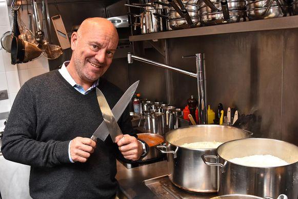 Piet Huysentruyt in de keuken van zijn tijdelijke restaurant in Kortrijk.