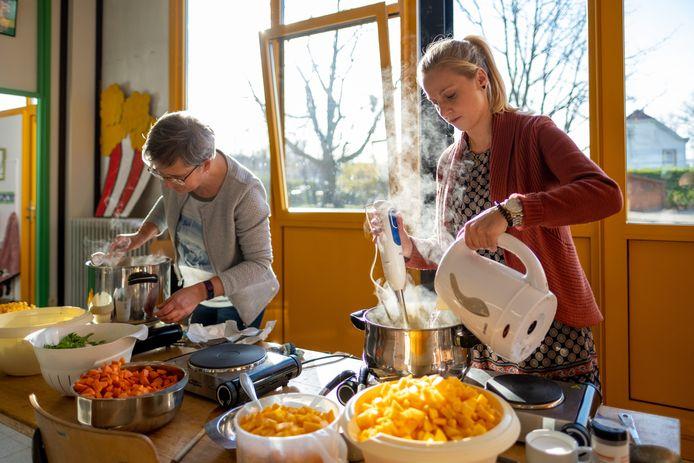 De leerlingen van basisschool De Tovertuin maken Soep For Life