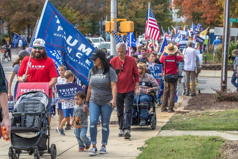 Aanhangers van de Amerikaanse president Donald Trump demonstreren in Raleigh, North Carolina, tegen het verkiezingsresultaat en mogelijke fraude in het stemproces. Beeld AFP