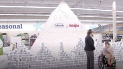 Record: grootste piramide van toiletpapier ter wereld