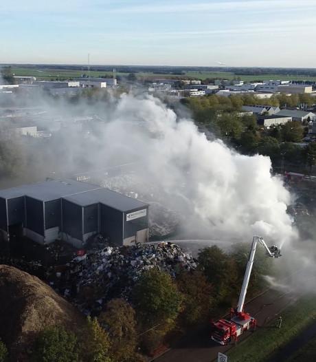 Brand in Meppel smeult na, politie onderzoekt omstreden terrein van afvalverwerker Talen