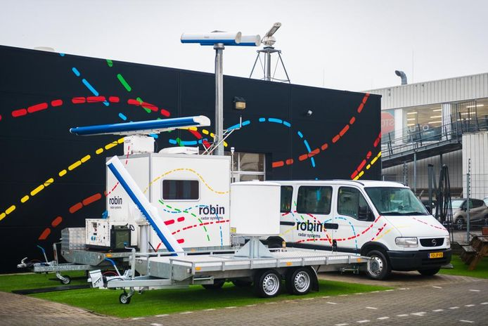 Van dit dak aan de Laan van Waalhaven 355 in Ypenburg klinkt donderdag uit grote speakerboxen Radar Love van Golden Earring, het is het lijflied van het bedrijf in radars.