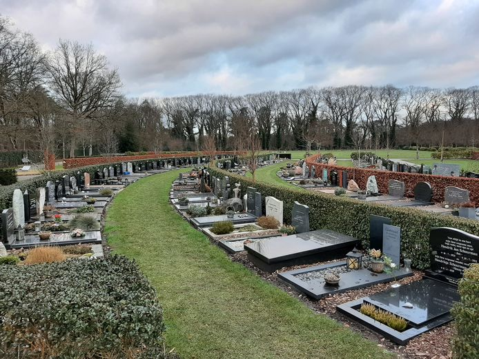 Het bijzetten van een urn in een graf in de gemeente Hellendoorn kostte tot nu toe maar liefst 1230 euro en stond daarmee in geen verhouding tot de hiervoor te verrichten werkzaamheden. Het tarief wordt nu met 1000 euro verlaagd.
