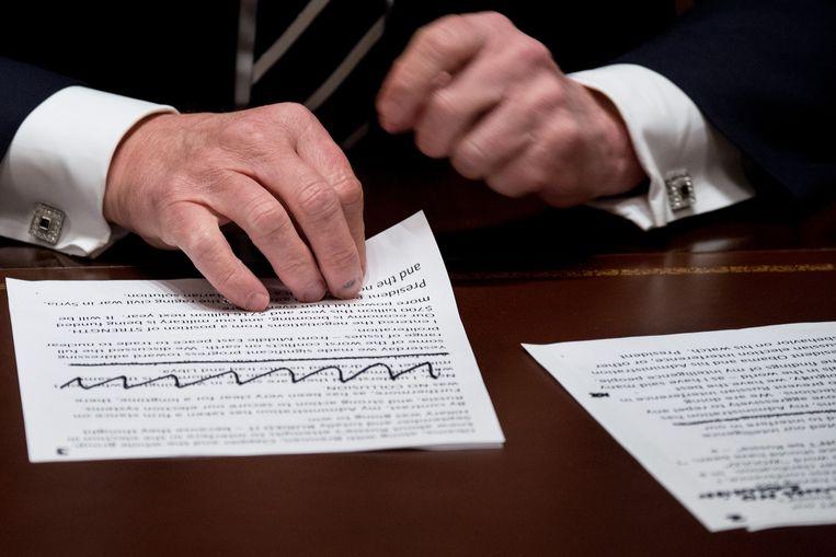 De notities die Trump gebruikte tijdens de bijeenkomst. In groot lettertype staat er te lezen: 'There was no collusion'. Beeld Photo News