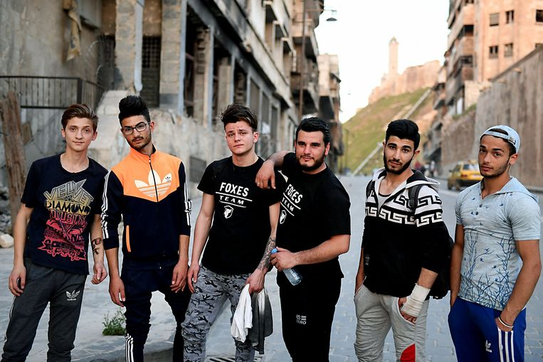 A Syrian parkour team poses for a photograph in Aleppo, northern Syria, on April 7, 2018. The government retook full control of Aleppo from rebel-fighters in December 2016. / AFP PHOTO / George OURFALIAN Beeld AFP