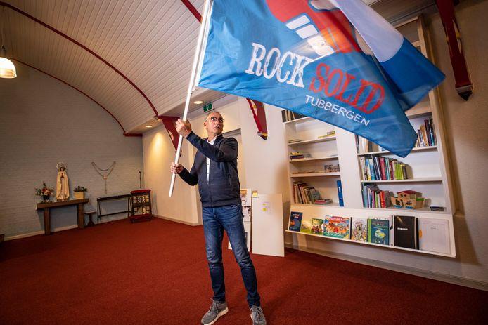 Diaken Bert Huitink met de vlag van het jongerenpastoraat Rock Solid in Tubbergen. Onder de titel Moving On gaat hij nu eenzelfde project opzetten voor de Plechelmusparochie Oldenzaal.