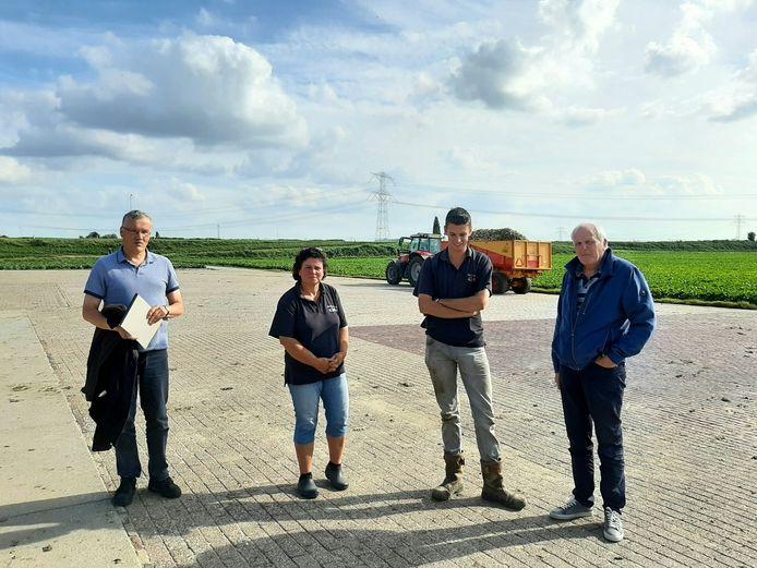 Bewoners van de Zanddijk hopen nog altijd op aanleg van een poldertrace. Van links naar rechts; Wil Meijer,  moeder en zoon Janine en Tonis Boot en adviseur Ton Verbree.