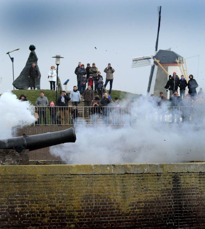 Traditioneel vuren de kanonnen op het rondeel bij de viering van 'aprilletje zes' in 1572. Die paasmorgen begon na een roerende preek in de Sint Jacobskerk de opstand tegen de Spaanse overheersing tijdens de Tachtigjarige Oorlog. Opname uit 2013.