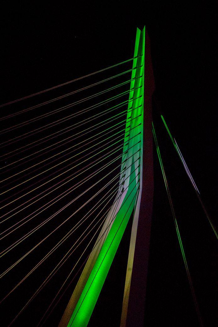 De Erasmusbrug kleurt groen.