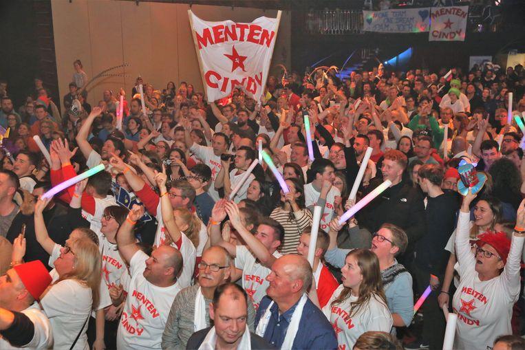 In 't Vondel supporterden duizend carnavalisten voor hun favoriet koppel. Het waren uiteindelijk De Mannen van de Met die hun koppel zagen winnen.